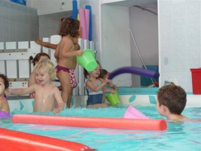 Les petits à la piscine